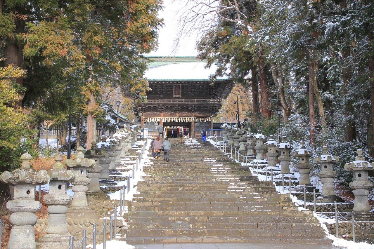 木々に囲まれた本殿に上る階段