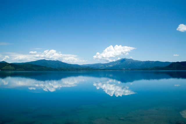 湖面に映る秋田駒ヶ岳