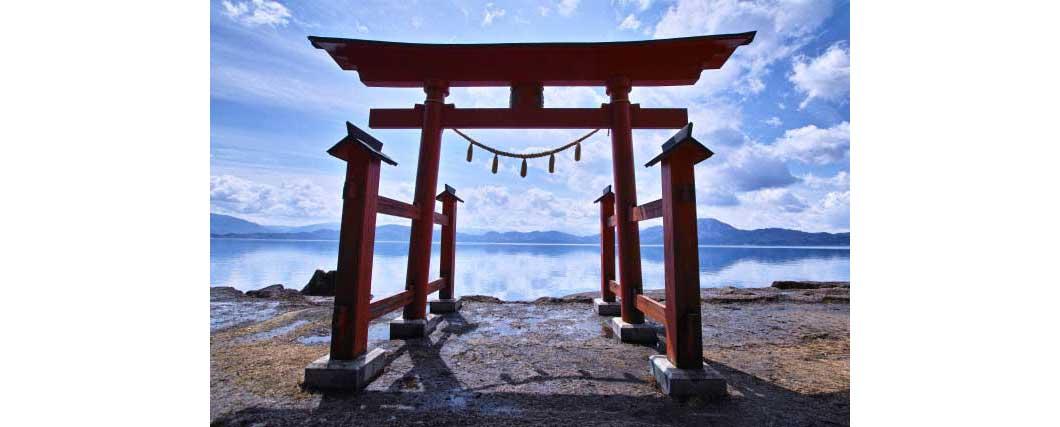 湖畔に坐する御座石神社の鳥居