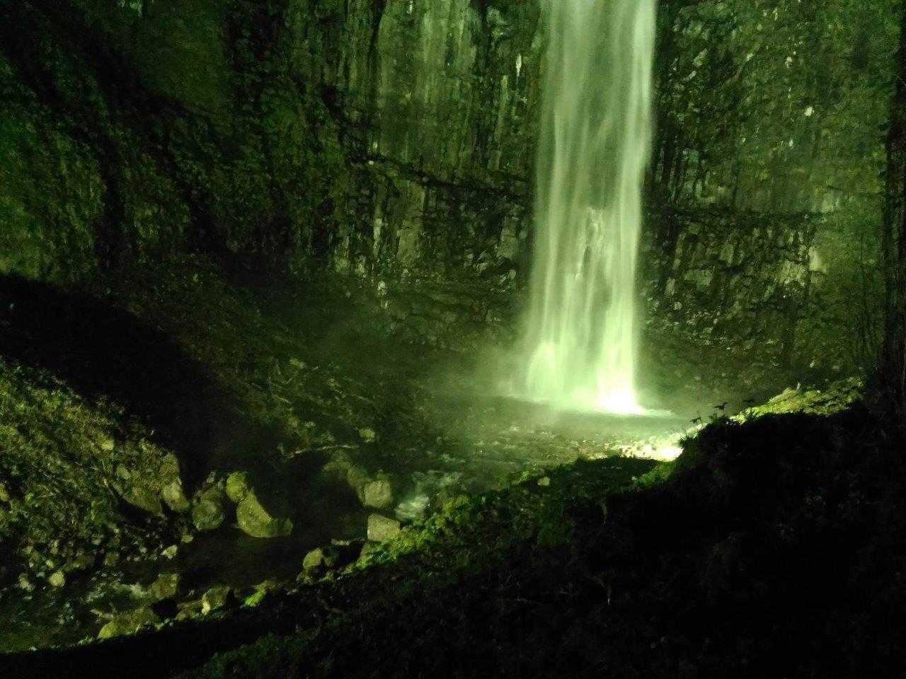 ライトアップされた玉簾の滝
