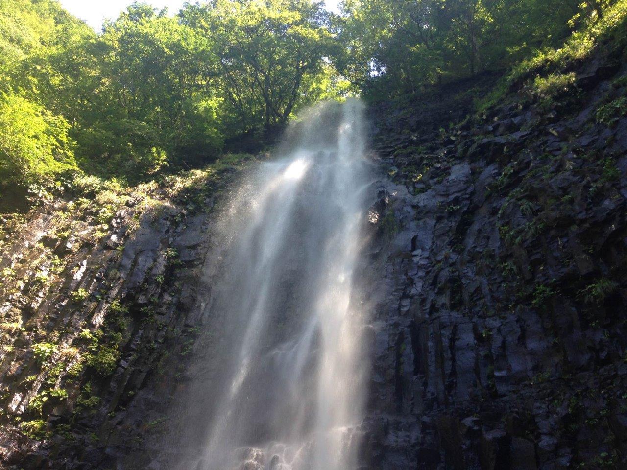 昼間に見る高さ63mの滝