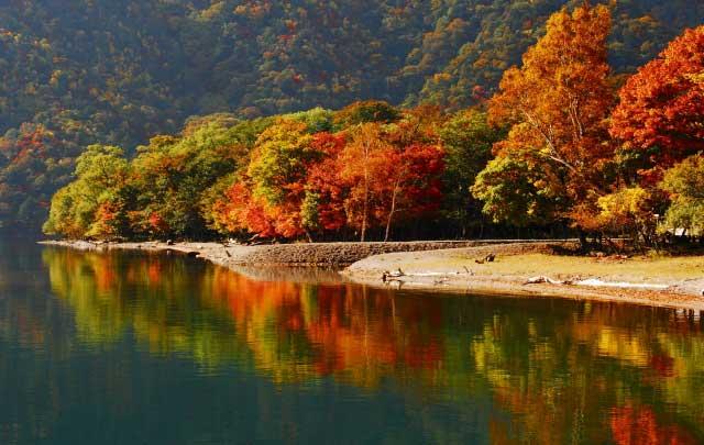 秋色に染まる中禅寺湖