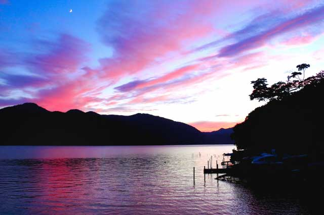 夕焼けの中禅寺湖