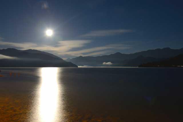 満月に照らされる中禅寺湖