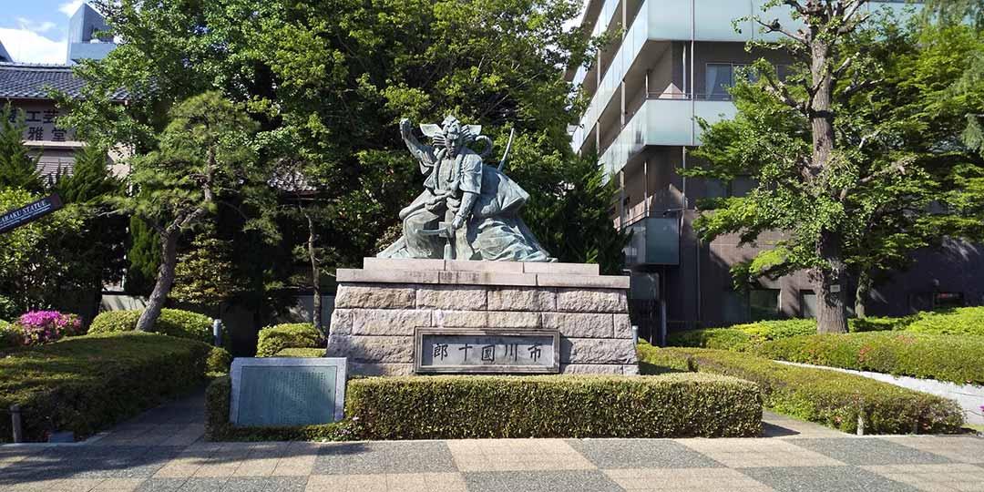 境内に佇む九代目市川団十郎の銅像