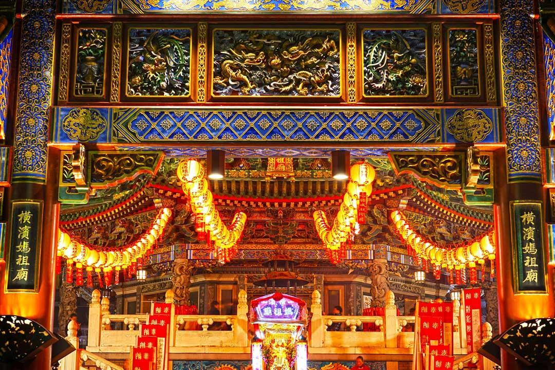 美しくライトアップされた夜の横濱媽祖廟