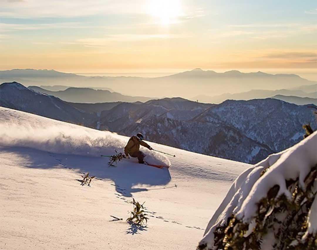 颯爽と滑降するスキーヤー