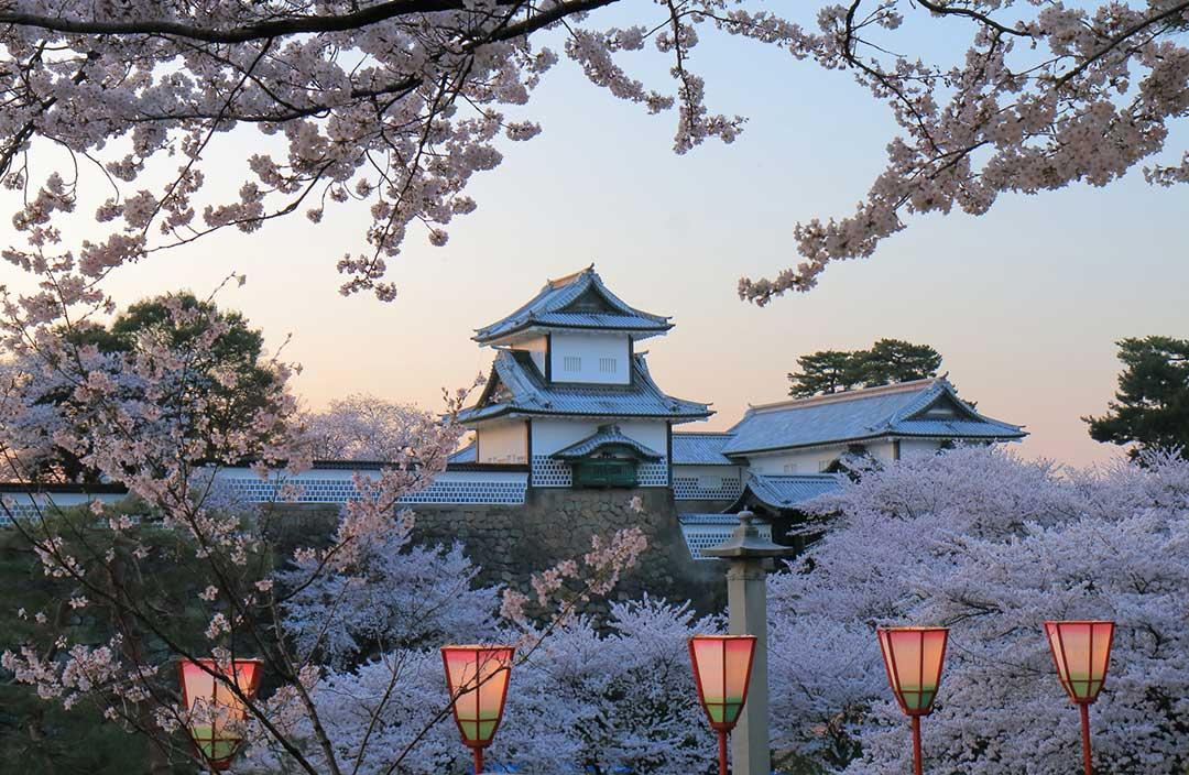 春の夕暮れに金沢城を望む