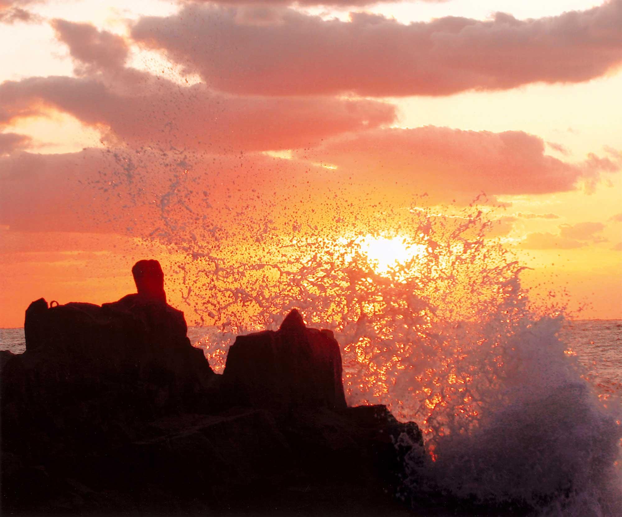 夕日と波のしぶきが絵になります