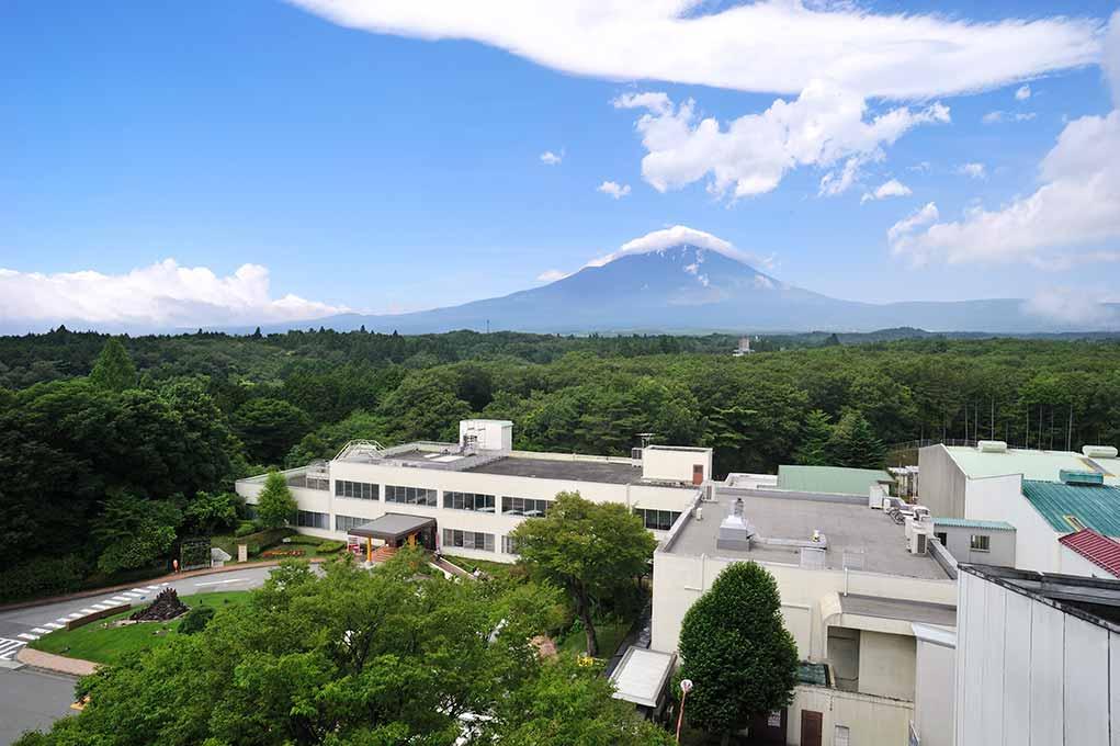 富士山を見上げる御殿場にある蒸留所
