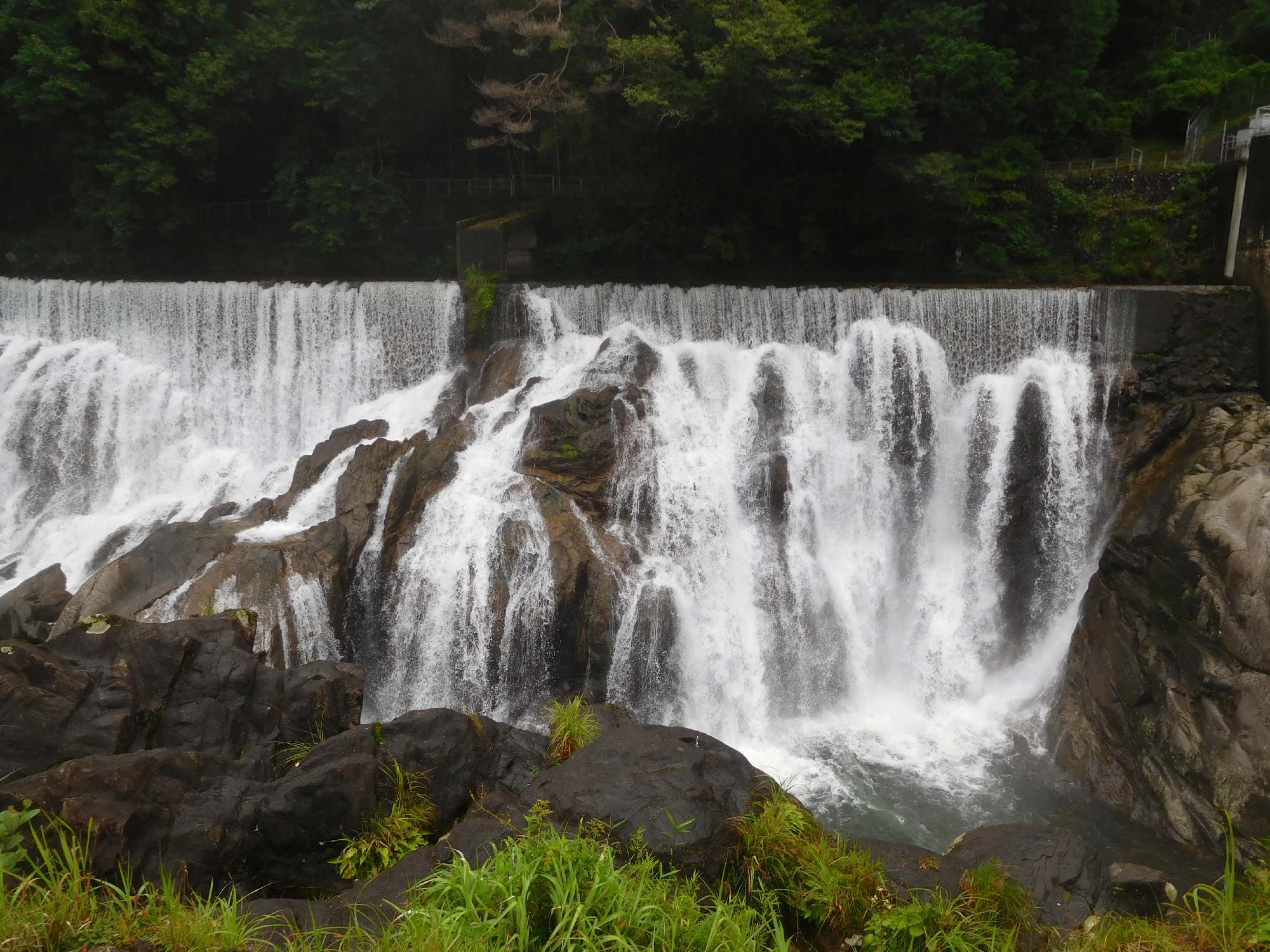マイナスイオン溢れる滝
