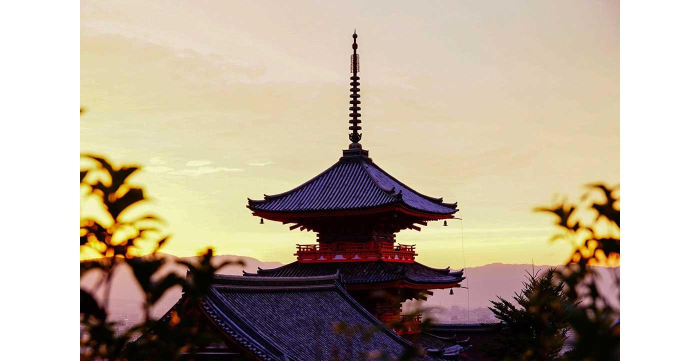 夕暮れ時の三重塔