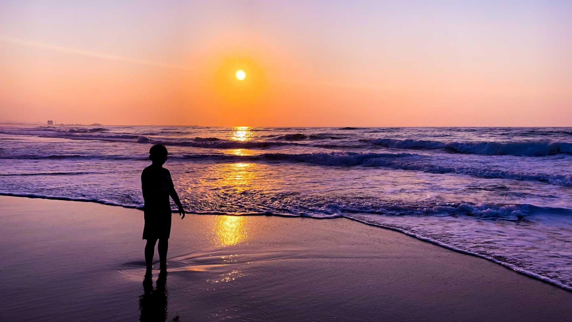 日本海に沈む夕日を眺めつつ非日常を感じてください