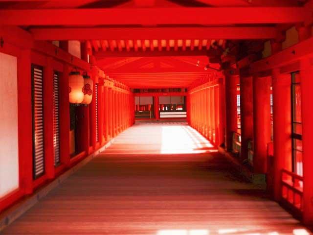 厳かな空気に包まれる紅色の神域