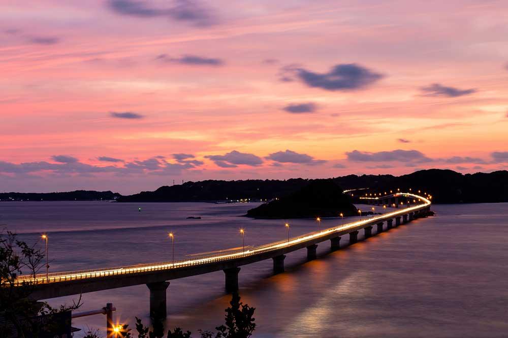 橋の電灯が海を照らす夕暮れ時