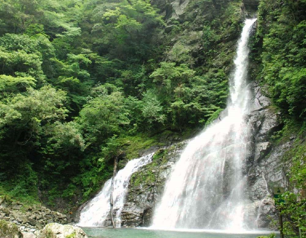 安居渓谷には滝も