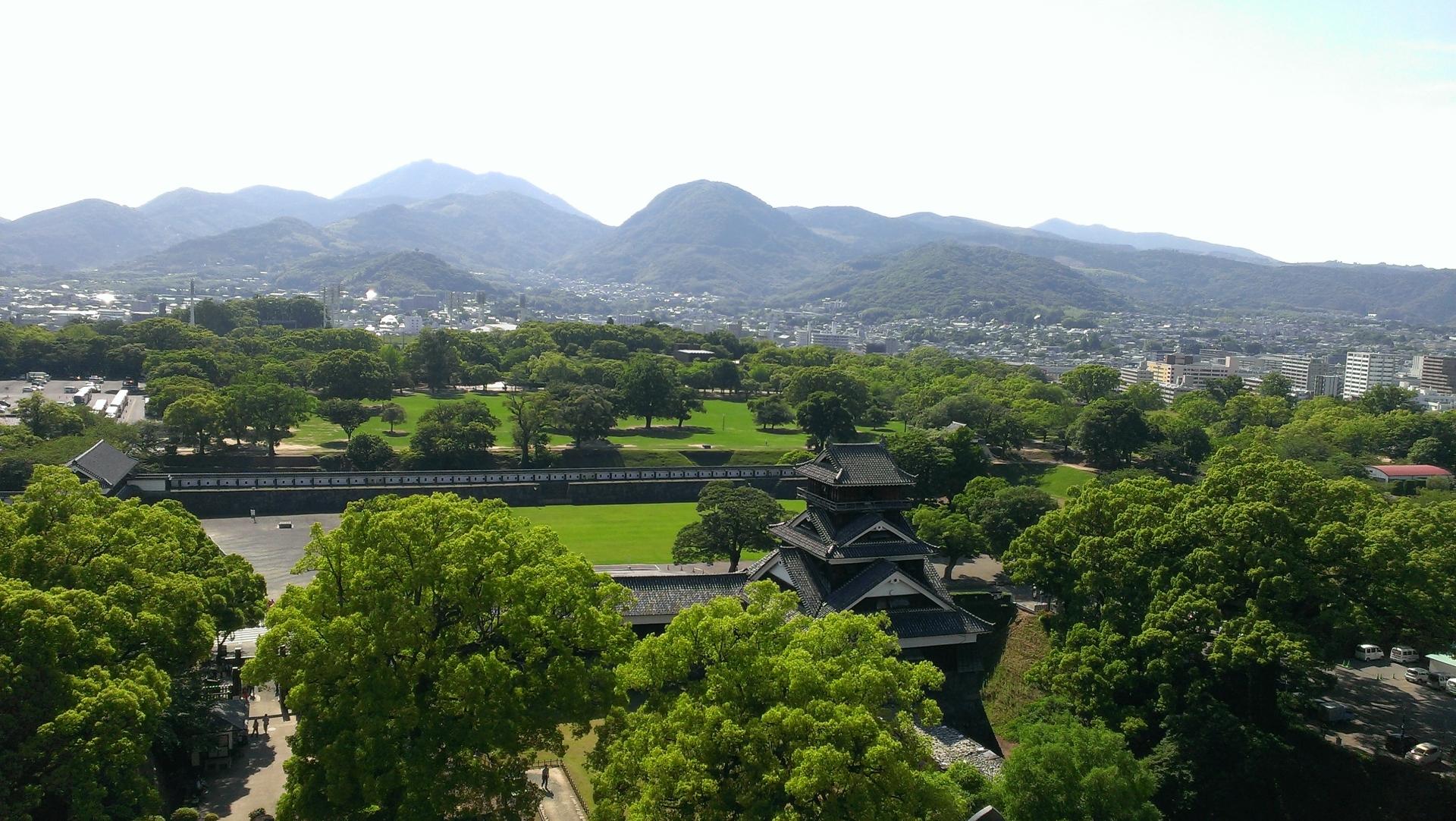 緑に囲まれた熊本城