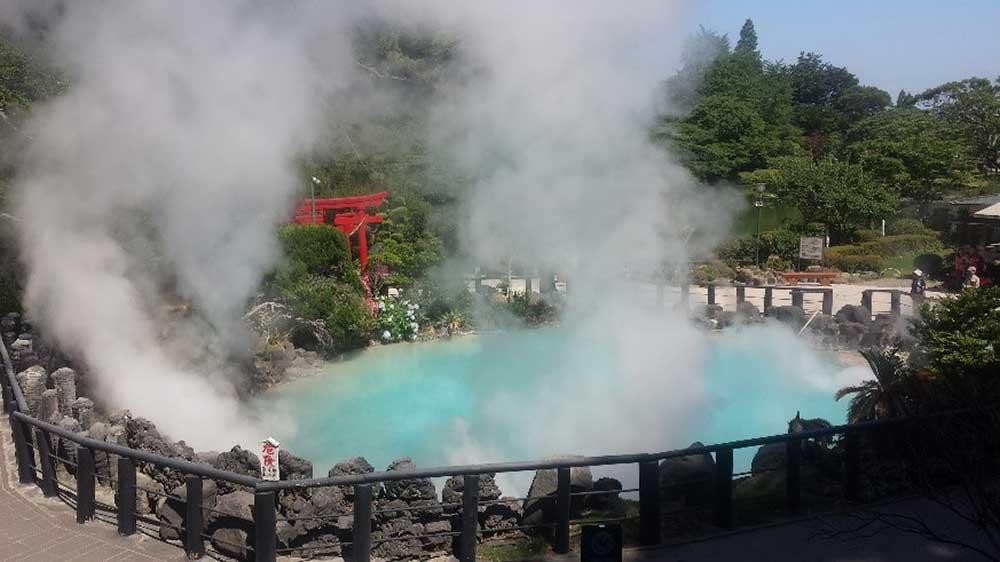 コバルトブルーの美しい温泉をたたえた「海地獄」