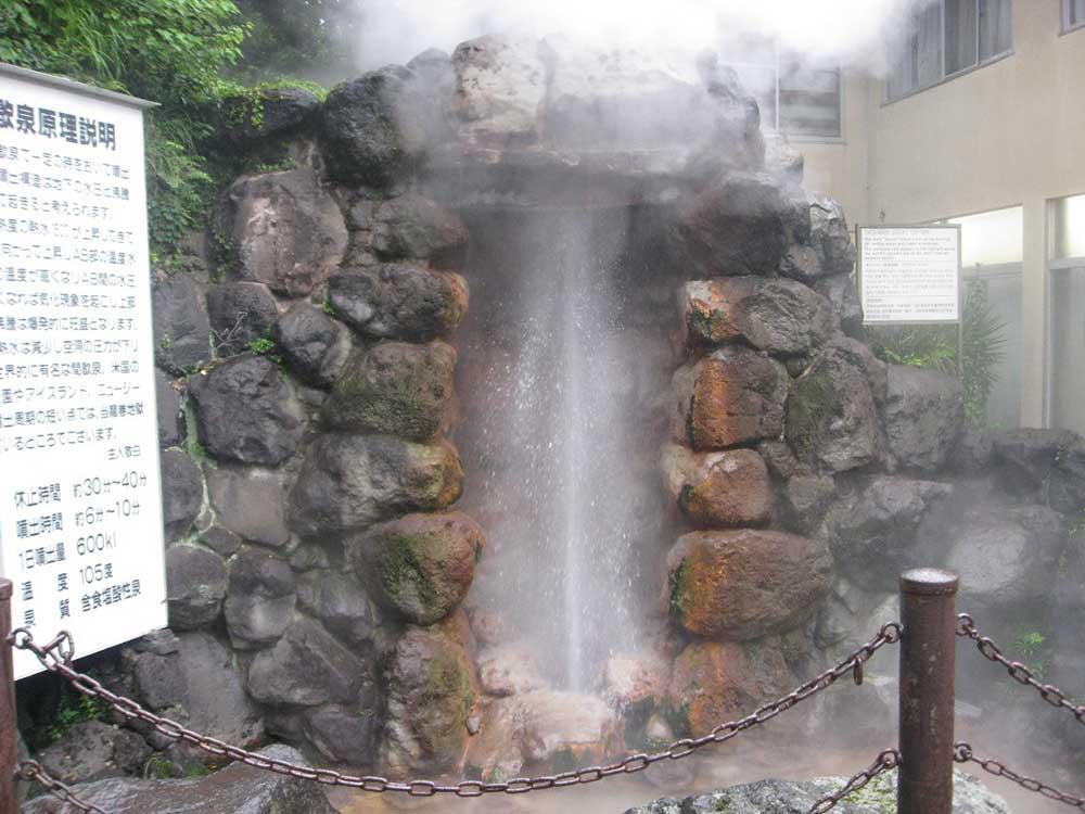 岩盤で止めなければ30mも吹き上がる間欠泉「竜巻地獄」