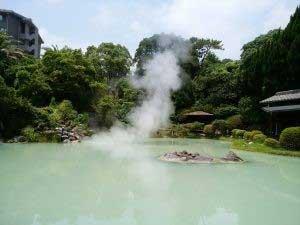 「白池地獄」の湯煙