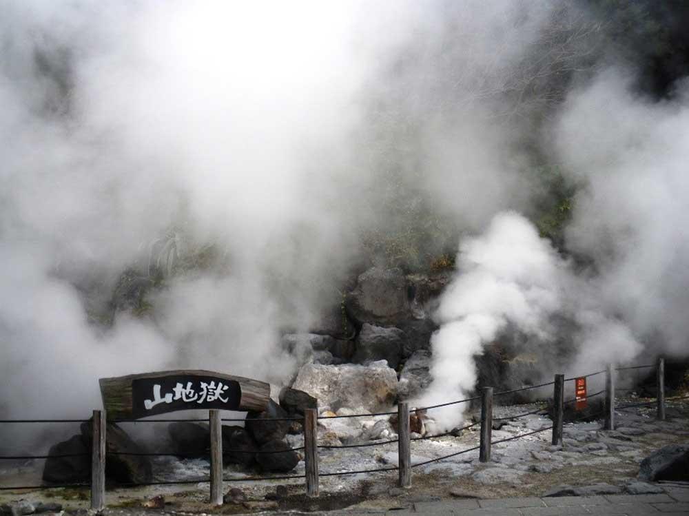 温泉の熱にワニが群がる「鬼山地獄」