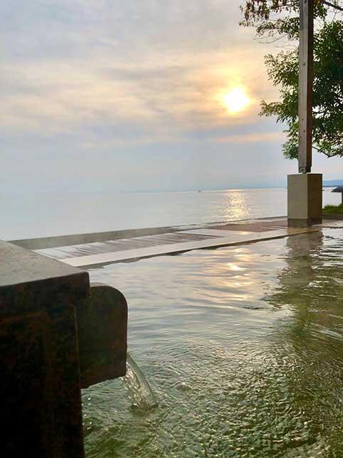 朝日と露店と海