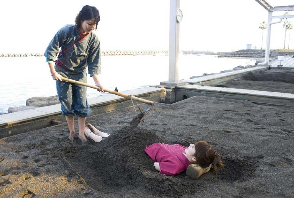別府海浜砂場 地熱で熱した砂をかけていきます
