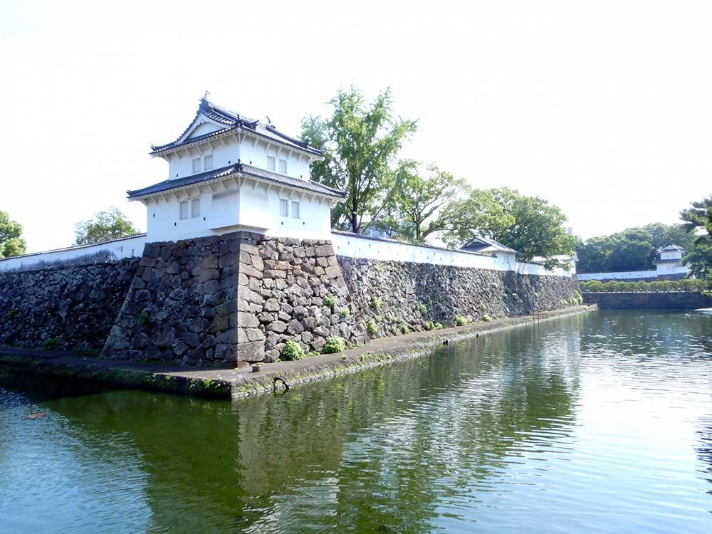 建築当時の面影を残す石垣と堀