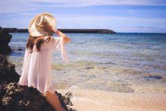 沖縄の海と女子