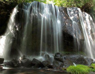岩肌に沿って簾のように流れ落ちる滝