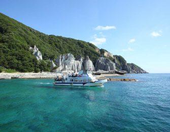 船が浮いているかのように透き通る仏ヶ浦の海