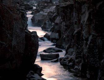 厳美渓を流れる渓流