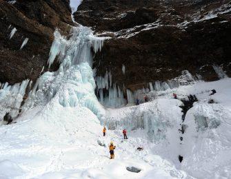 大迫力の氷瀑は圧巻の風景