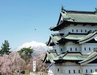 弘前城と桜と岩木山