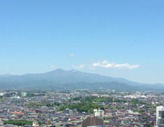 市街地から望む安達太良山
