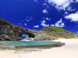 青い空とエメラルドグリーンの海