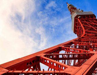 下から見上げる東京タワー