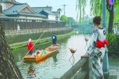 鯉のぼりの巴波川と遊覧船