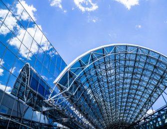 ガラス張りのターミナルビルに空が映り込んで綺麗です
