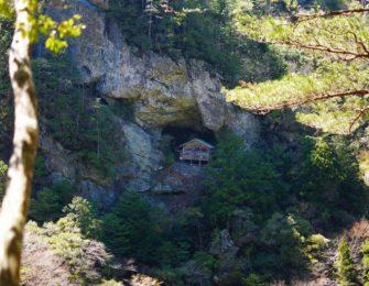 断崖絶壁に建てられた非常に珍しい神社