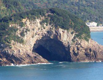 ひと際目立つ巨大な岩山