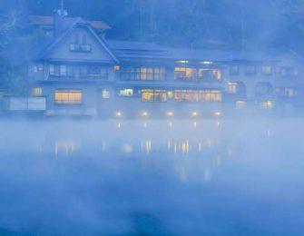 幻想的な金鱗湖の早朝