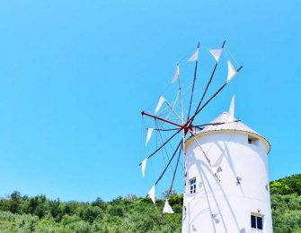 青い空に映える白い風車