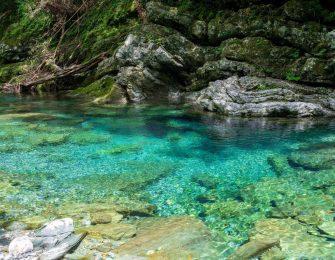 ブルーの清流が流れる渓谷