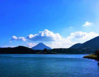 美しく藍色に澄んだ湖面