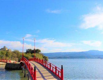 東郷湖の両岸は温泉街です