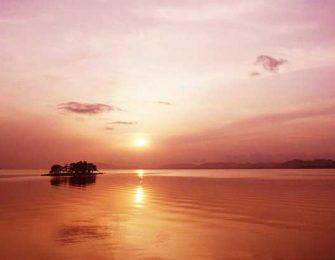 宍道湖の湖面に映える夕焼け