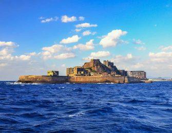 海に浮かぶ軍艦島
