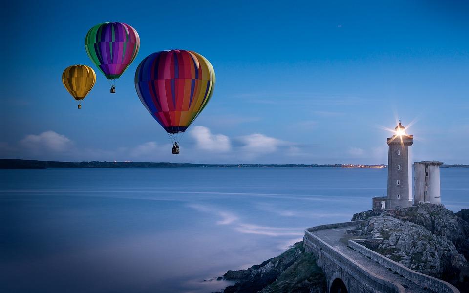 熱気球と灯台