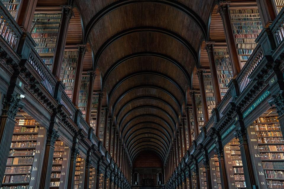 古い図書館の内観